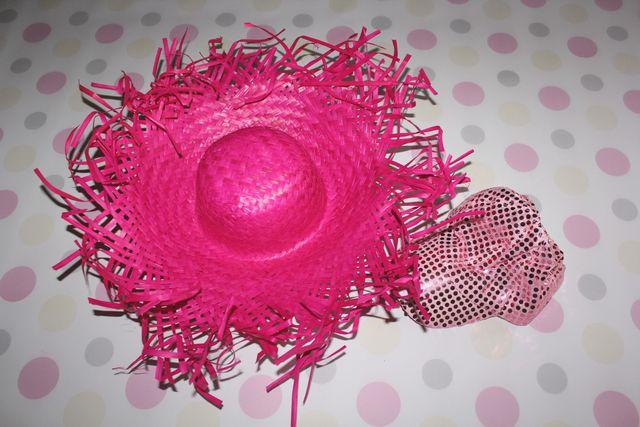 fotobudka, duży różowy kapelusz