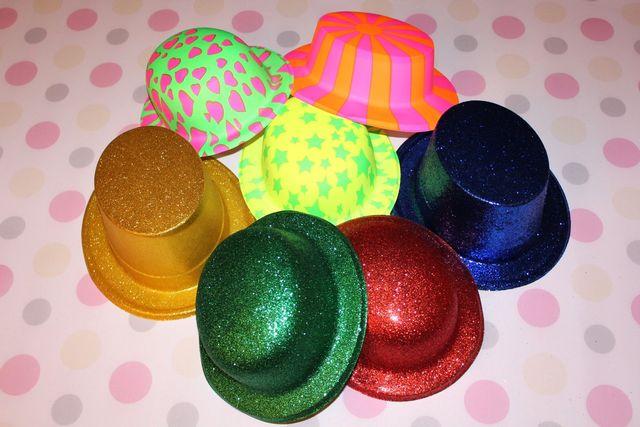 fotobudka, kolorowe kapelusze