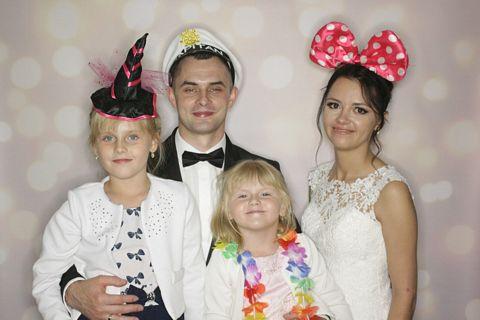 fotobudka na wesele, skała, zdjecie pary młodej z dziećmi