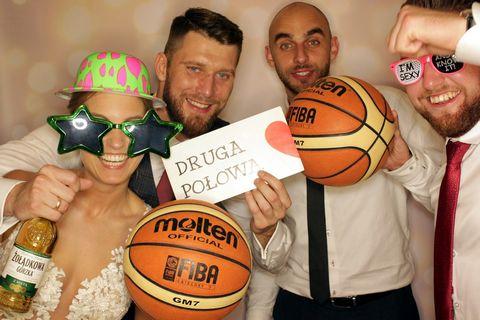 fotobudka na wesele, kraków, para młoda z piłką do koszykówki