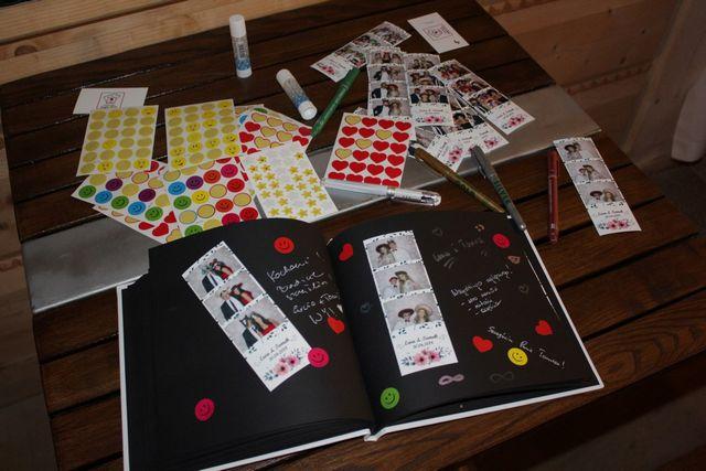 fotobudka, kolorowe naklejki w księdze gości