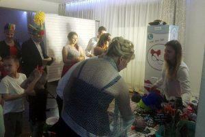 fotobudka na weselu, wybieranie gadżetów i robienie zdjęć